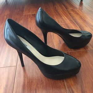 Simple Black pumps